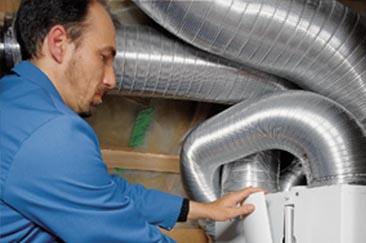 Ein Mitarbeiter bei der Installation einer Klimaanlage