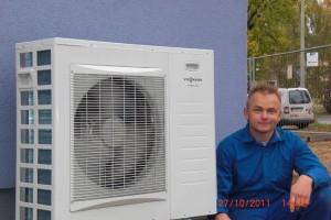 Herr Ritter vor einer Außenanlage einer Wärmepumpe