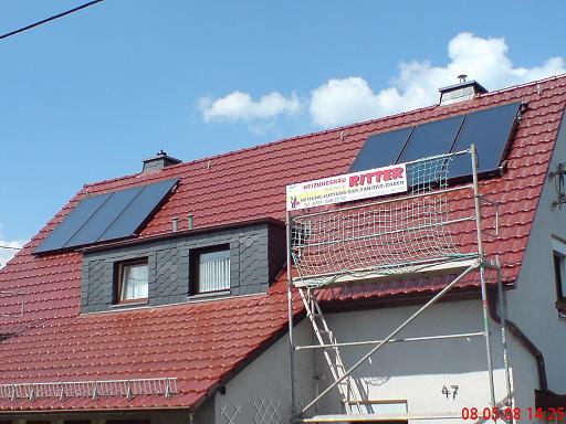 Eine Solaranlage von Vitosol auf einem Dach nach der Montage