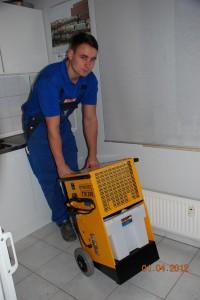 Eine Bautrocknung durch einen Mitarbeiter von Heizungsbau Ritter