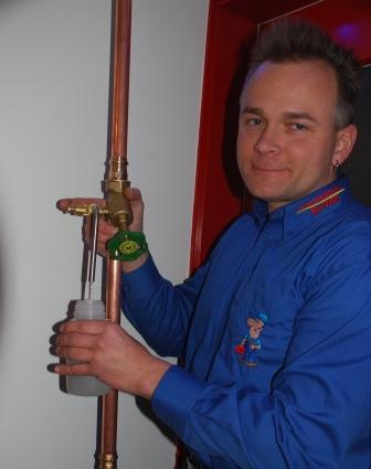 Herr Ritter bei einer Trinkwasserentnahme