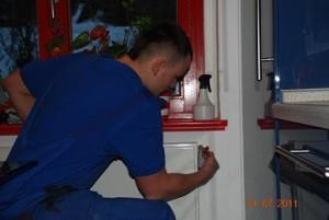 Entlüftung einer Heizung durch einen Mitarbeiter von Heizungsbau Ritter